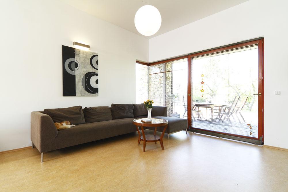 Plynulý prechod medzi interiérom aexteriérom bol jednou zhlavných požiadaviek majiteľa.