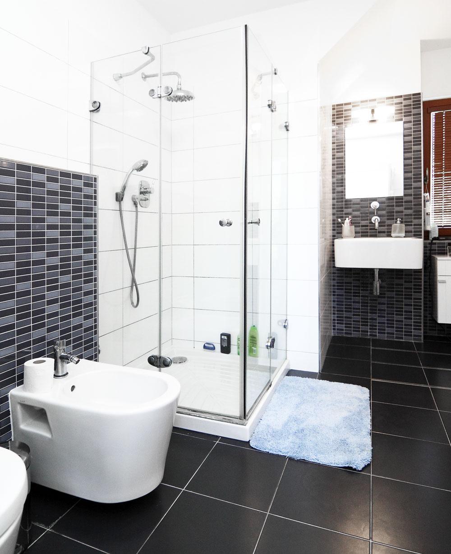 Vkúpeľni na prízemí je len sprchovací kút. Vaňu si môžu užívať na poschodí.