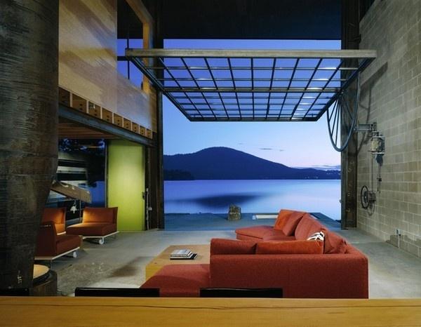 Budova je riešená jednoducho, pripomína malú škatuľu s oknami otvárajúcimi sa do priestoru.