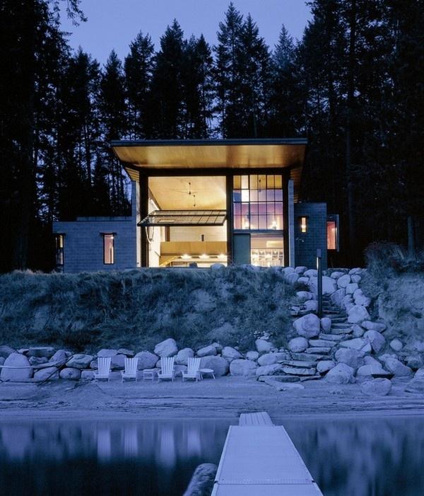 Dom je postavený v kombinácii odolného a neupraveného materiálu ako je betónový panel, oceľ, betónové podľahy a preglejky.