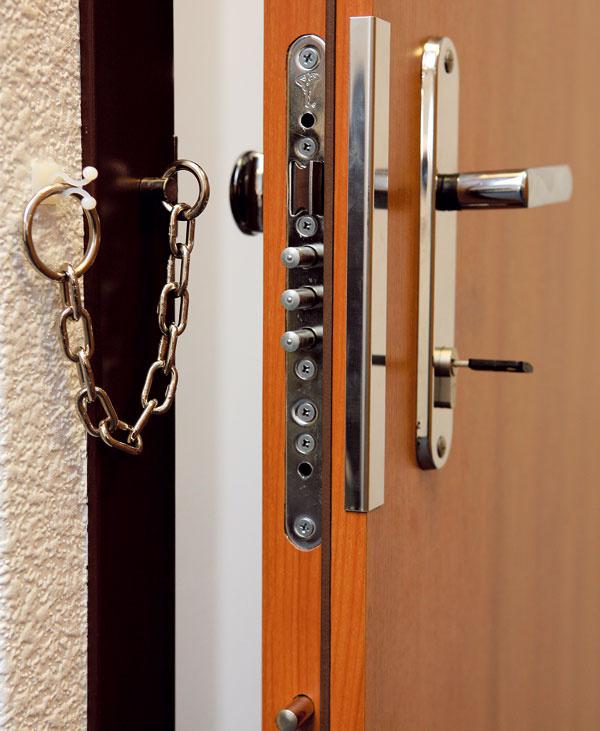 Bezpečnostné dvere môžu zvonka vyzerať rôzne. Dôležitá je však ich bezpečnostná trieda (odporúča sa minimálne trieda 3). Pozor pritom na lacné napodobeniny alákavé zľavy – ide predsa ováš majetok. Bezpečnostné dvere sú pomerne komplikovaný výrobok, tie skutočne bezpečné však spoľahlivo spoznáte podľa certifikátu odolnosti proti vlámaniu podľa EN 1627. Bezpečnostná trieda musí byť uvedená ako na certifikáte, tak aj na výrobnom štítku dverí. Bezpečnostné protipožiarne dvere Sherlock na obrázku majú odolnosť proti vlámaniu v3. a4. triede. Zabezpečuje ju napríklad zváraná oceľová dvojplášťová konštrukcia spevnená výstuhami, bezpečnostný zámok so špeciálnym štítom proti odvŕtaniu, až 21 bodový systém uzamykania, bezpečnostná zárubňa aďalšie bezpečnostné prvky.