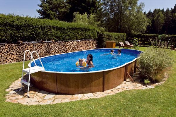 Nadzemné bazény spevnou konštrukciou sú cenovo dostupné aich montáž je naozaj jednoduchá – prinesiete si domov vbalíku zvinutý plech afóliu, rozbalíte azostavíte na akejkoľvek rovnej ploche. Plech sa zasekne do spodnej vodiacej lišty, do hornej sa zasa vsadí okraj fólie, ktorá tvorí vnútorný povrch bazéna. Keďže valec je už vo svojej podstate samonosný, bazény skruhovým pôdorysom nepotrebujú žiadnu oporu, zaberú teda len taký priestor, aký poskytujú. Oválne typy majú na rovných stranách výstuž – oporné lišty vám vzáhrade zaberú ďalších 70cm na každú stranu bazéna. Nadzemné bazény Azuro nemusí laik na prvý pohľad rozoznať od zapustených – dajú sa totiž jednak ponechať na povrchu, jednak úplne alebo čiastočne zapustiť do zeme.