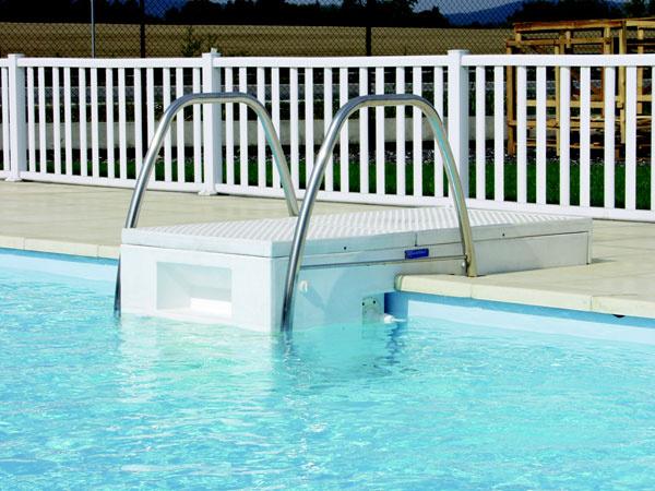 Pre takzvané francúzske bazény je typická bezpotrubná filtrácia. Kompaktná filtračná jednotka, zabudovaná do prístupového schodiska alebo mobilných schodíkov, sa umiestni na okraj bazéna azvládne čistenie, prípadne aj ohrev vody úplne automaticky, bez potrubí, šachty či iného zázemia. (Potrebná je iba elektrická prípojka.) Fólia môže byť vďaka tomu neprerušená, čím sa eliminuje riziko úniku vody. Čerpadlá majú výkon 18 až 25 m3/h, to znamená, že všetku vodu vbežnom sedemmetrovom bazéne prefiltruje asi za hodinu. Filtre znetkanej textílie odstránia nečistoty až šesťkrát jemnejšie než piesková filtrácia astačí ich len občas vyprať vpráčke. Jednotka môže byť vybavená aj dýzami, doplnená protiprúdom čirôznymi typmi ohrevu. Výhodou prenosných schodíkov je ich prípadné suché uskladnenie vzimnom období.