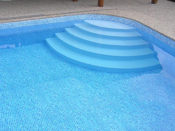 """Výhodou bazénov sbetónovými stenami je, že si môžete ich tvar nechať """"ušiť presne na mieru"""". Betónové bazény vystlané bazénovou fóliou Alkorplan nájdete vponuke spoločnosti Bazénservis."""