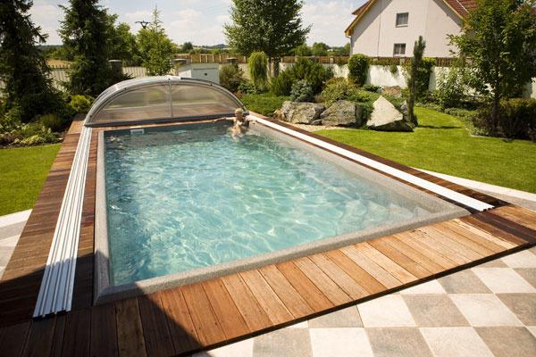 Vďaka zastrešeniu sa voda za slnečného počasia ohreje avnoci nevychladí, chráni tiež bazén pred nečistotami adeti adomáce zvieratá pred pádom. Nízke zastrešenie je vhodné na plávanie, vyššie, stakzvanou podchodnou výškou, aj na relax. Posuvné zastrešenie môže mať rôzne rozmery – tak, aby bazénu pekne sedelo.