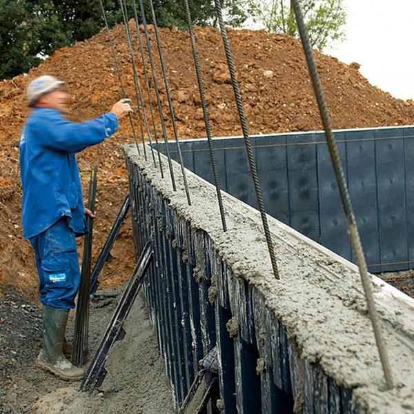 Francúzske bazény Desjoyaux majú oceľobetónovú konštrukciu. Steny sa realizujú metódou strateného debnenia zpolypropylénových dielov – táto technológia umožňuje výstavbu bazéna akýchkoľvek rozmerov atvaru, samonosná konštrukcia zasa dovolí osadiť ho aj do svahu alebo na menej stabilné podložie (napr. na piesok či íl). Do hotovej bazénovej vane sa umiestni na mieru priemyselne zvarená fólia, takzvaný liner, ktorý je vponuke vrôznych odtieňoch vrátane imitácie mozaiky. Odsatím vzduchu priľne tesne ku konštrukcii bazéna avytvorí tak jednoliate dno aj steny. Vďaka takzvanej zámkovej metóde sa liner do bazéna osadí za jediný deň, ato bez zásahu do obrubných kameňov. Nakoniec kvalifikovaný odborník zapojí filtračný systém auvedie bazén do prevádzky.  Hrubá stavba takéhoto bazéna vrátane výkopu trvá asi týždeň, potom je potrebná technologická prestávka na vytvrdnutie betónu, počas ktorej sa môže upraviť okolie. Na dokončenie – realizáciu poteru na dne, osadenie obruby,lineru atechno