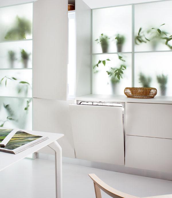 """Najzelenšia kuchyňa Znižujú straty energie aumožňujú jej recykláciu akopírujú cykly, ktoré sú bežné vprírode. VGreenkitchenTM spolu žijú vužitočnej symbióze chladnička smrazničkou aumývačka riadu od značky Whirlpool. Ide oprvé reálne spotrebiče, ktoré možno navzájom prepájať vsystéme optimalizácie energie – umývačka vňom využíva na zohriatie vody odpadové teplo generované chladničkou. Úspora vrozmedzí jednej energetickej triedy poteší asi každého, anajmä prospeje prírode. Každý výrobok ponúka zvýšenie úspor, ak si ich ale kúpite spolu, vytvoria """"najzelenšiu"""" dvojicu či trojicu na trhu."""