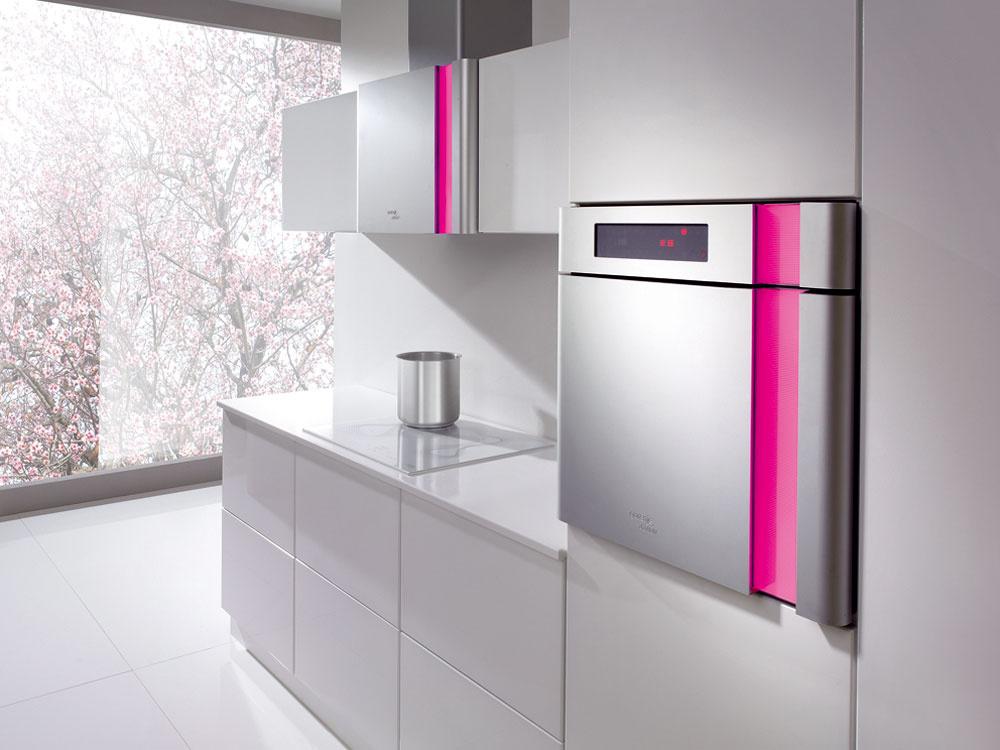 Sedmoro nálad Aké by to bolo futuro bez svetoznámeho dizajnéra. Karim Rashid predstavil kuchyňu doslova vinom svetle. LED-svetelný pás lemujúci spotrebiče evokuje individuálne precítenie priestoru. Farebné osvetlenie si môžete zvoliť podľa svojej nálady – sedem svetiel, sedem nálad. Na každý deň jedna.