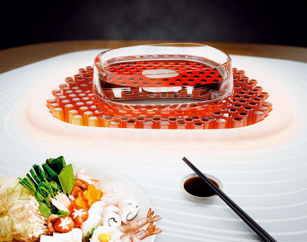 Oheň zbudúcnosti Vizionársky projekt zdielne Whirlpool Global Consumer Design má moc sústrediť ľudí okolo seba. Koncept Fireplace pozostávajúci zdvoch hlavných častí – stola na prípravu jedla adigestora snáladovým osvetlením – pôsobí dojmom otvoreného ohniska. Stôl na prípravu jedla zahŕňa centrálnu misu (správa sa ako otvorené ohnisko – možno ju použiť na varenie alebo vytvorenie príjemnej atmosféry, prípadne môže simulovať oheň) ainteligentný povrch. Ten spolupracuje sautomatickými doplnkami – špeciálnymi varnými nádobami. Požadovaná teplota jedla či nápoja vnádobe sa dá nastaviť jednoduchým pohybom – ak otočíte nádobu vsmere hodinových ručičiek inteligentný povrch jej obsah ohreje, ak proti smeru, ochladí ho. Digestor so zabudovanou kamerou pritom skúma jedlo umiestnené vpríslušenstve aj vcentrálnej mise ainteligentným systémom odsávania aúpravy čistí, recykluje aprevoniava vzduch. Digestor si okrem toho môžete farebne prispôsobiť svojej nálade.
