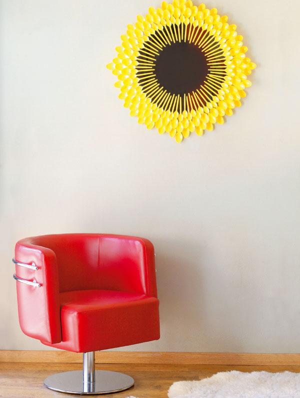 Slnečné zrkadlo   Potrebný materiál  kruhové zrkadlo spriemerom 47 cm  plastové lyžice: veľké (107 ks) a malé (70 ks)  základ na plasty vspreji, napríklad Dupli-color  žltá farba vspreji, napríklad Prima (2 ks)  bezfarebný lak vspreji lesklý, napríklad Prima   sekundové lepidlo, napríklad Loctite Super Attak Liquid (2 ks)  drevená doska alebo 2 hranoly (16×3×1,8cm)  silon (asi 140 cm)  epoxidové lepidlo, napríklad Pattex Repair Epoxy Ultra