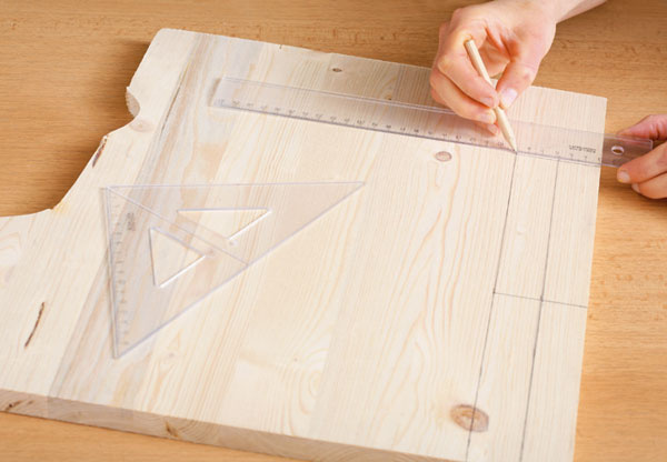Ak nemáte drevené latky, vyrobíte si ich veľmi jednoducho. Na drevenú dosku hrubú 18 mm si narysujte štyri obdĺžniky (ak je doska hrubšia, stačia dva).