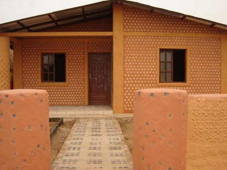 Jedinečný dom postavený z fliaš