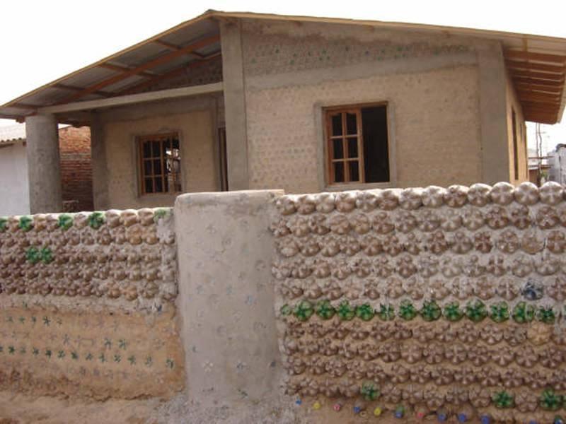 unikátny dom z coca-colových fliaš
