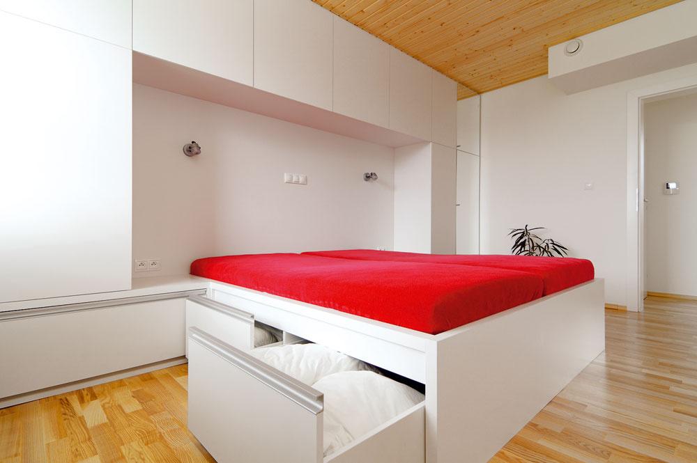 Vyvýšená posteľ je pohodlná pri sadaní ajvstávaní. Navyše sa pod ňu všeličo zmestí.