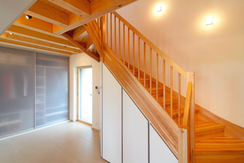 Vstupné priestory sú vybavené množstvom odkladacieho priestoru. Myšlienka praktickej využiteľnosti miesta sa nesie celým interiérom.