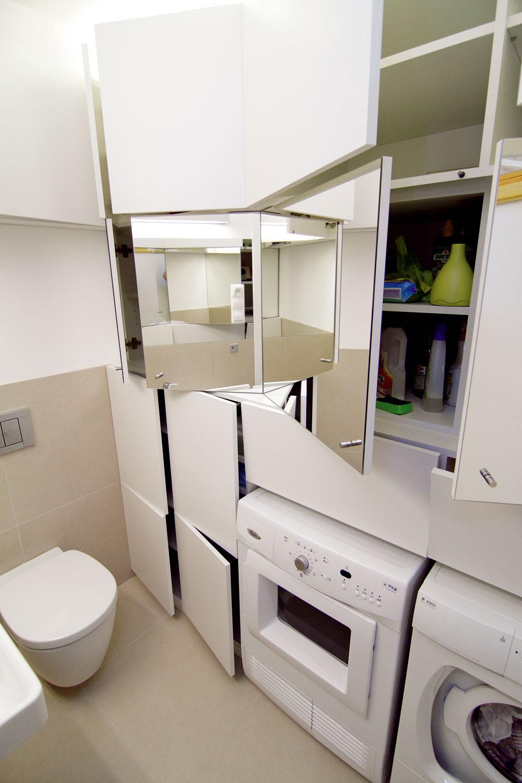 Obdivuhodné množstvo skriniek sa zmestilo aj do kúpeľne so záchodom na prízemí domu. Ocení to každý, kto už utieral prach na policiach sfľaštičkami aškatuľkami, ktorých je kúpeľňa vždy plná. Miesto sa tu našlo aj na práčku so sušičkou. Vkúpeľni na prízemí je použitý rovnaký obklad ako vo vstupnej hale.