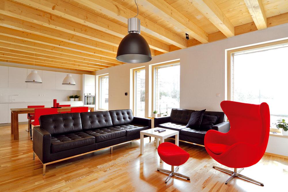 Obytnú zónu funkčne rozdeľuje nábytok apocitovo prepája drevená podlaha atrámový strop.