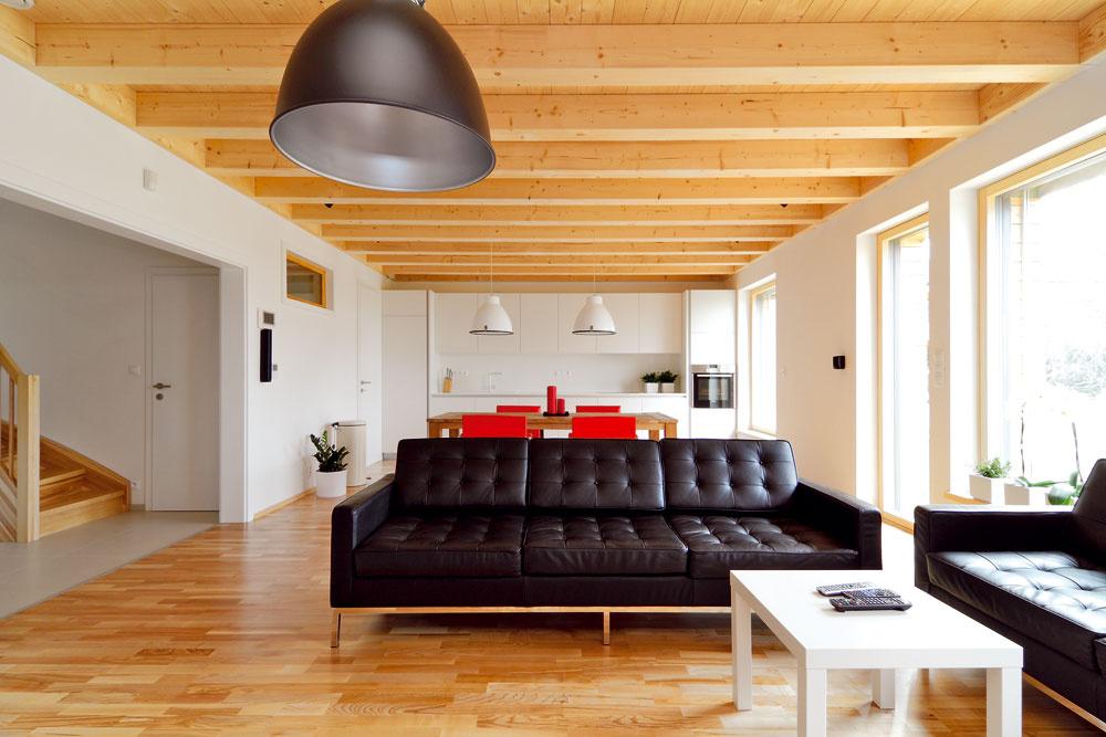 Zo vstupnej haly prechádzate cez široký otvor bez dverí do priestoru, vktorom je obývacia izba, jedáleň aj kuchyňa.