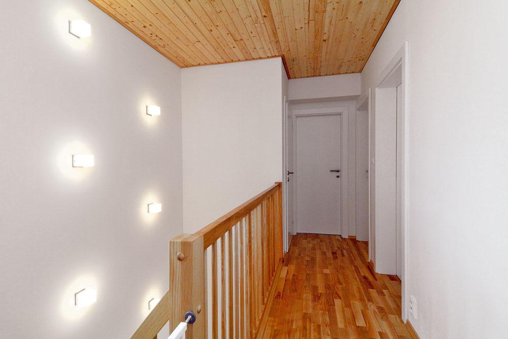 Na druhé podlažie vás zavedie nápadité osvetlenie schodiska.