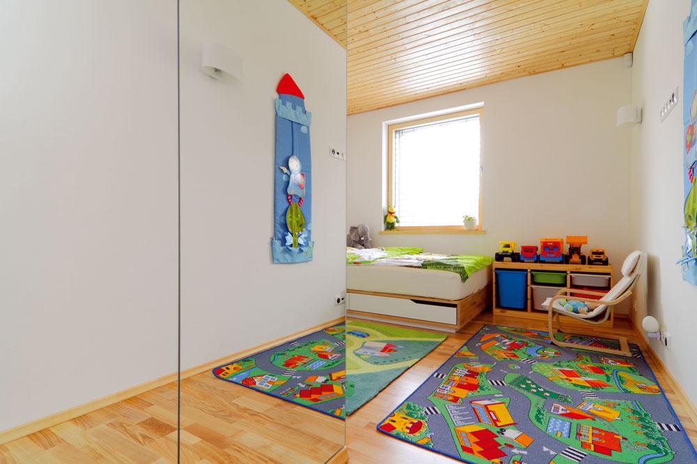 Svetlo, kvalitná posteľ, ahlavne dostatok priestoru na hranie. Čo viac by mohlo trojročné dieťa potrebovať...