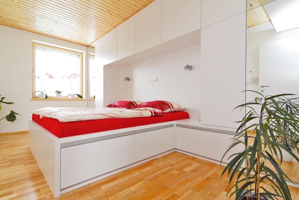 Aj spálňa je vyriešená čisto aprakticky. Drevená podlaha astrop sú doplnené bielym nábytkom sčistými líniami asmnožstvom odkladacieho priestoru. Farby do interiéru vnáša pestré povlečenie akvety. Nie je teda problém zmeniť jeho výraz.