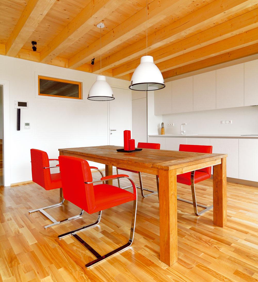 Masívny kuchynský stôl zrecyklovaného tíkového dreva ešte bude mať kamaráta vpodobe konferenčného stolíka vrovnakom dizajne. Tým sa celý priestor spojí do nábytkom funkčne rozdeleného, ale dizajnom prepojeného celku.