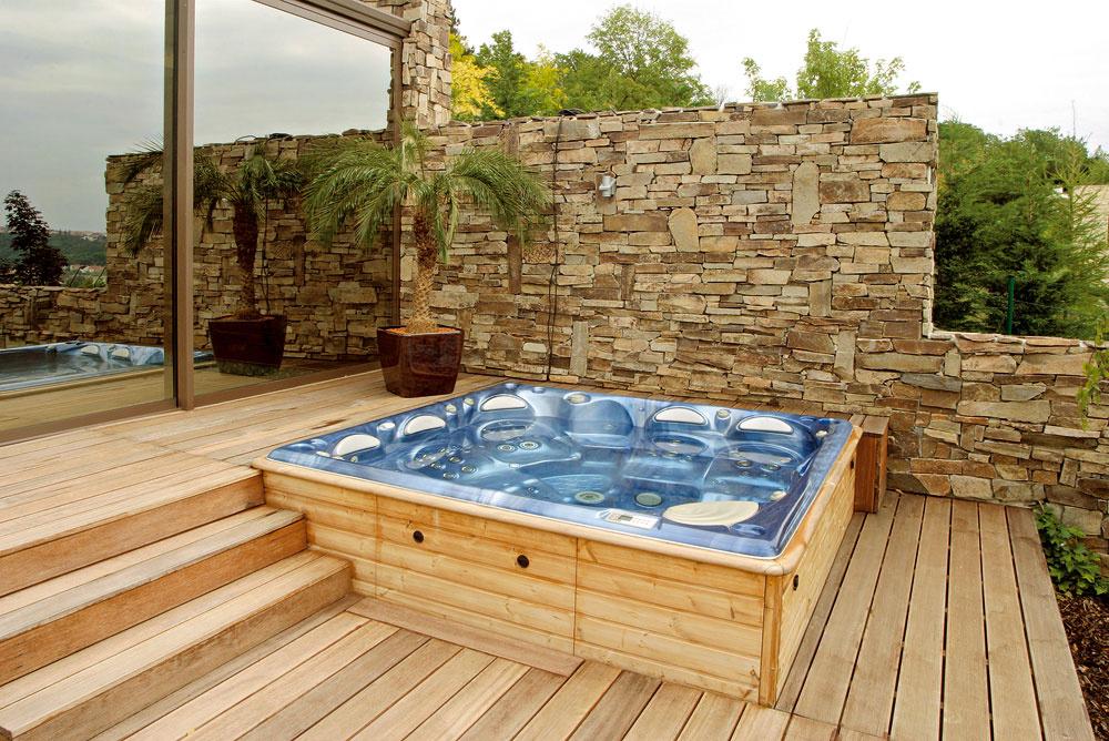 Masážny bazén môže stáť na teréne – spevnenej ploche či terase (vtakom prípade vám prístup uľahčia schodíky), dá sa však aj úplne alebo čiastočne zapustiť do terénu. Efektné napríklad je, ak využijete nerovnosť terénu aosadíte bazén do svahu.
