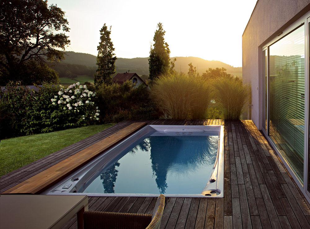 Swim Spa je bazén steplou vodou, ktorý má široké možnosti využitia – vďaka protiprúdu si zaplávate, uvoľnenie po športovom výkone si zas môžete dopriať na schodoch do bazéna, ktoré sú tvarované ako lavice avybavené dýzami na hydroterapiu. Aj tento veľkorozmerný masážny bazén má podobné vybavenie ako ostatné spa amôžete ho používať po celý rok aj bez zastrešenia. Teplota vody sa pritom dá nastaviť napríklad na osviežujúcich 25 °C vlete apríjemných 38 °C vzime.