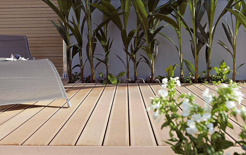 Bazén môže stáť aj na príjemnej terase, ktorá je na pohľad ipocit na nerozoznanie od drevenej, nemusíte sa však oňu starať – netreba ju natierať, nehrozí hniloba, triesky ani zosivenie. Masívne dosky zmoderného drevoplastu Woodplastic® francúzskej značky Silvadec obsahujú 60 % dreva a40 % kvalitného HDPE polyméru. Na odolnosť proti drevokazným hubám, hnilobe ahmyzu poskytuje firma záruku až 25 rokov. Nečistoty väčšinou stačí len umyť prúdom vody.