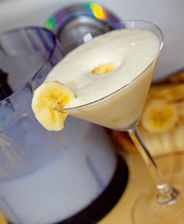 Banánový kokteil  Čo budete potrebovať •2 banány •1/2 litra plnotučného mlieka •za hrsť kociek ľadu •med alebo hnedý trstinový cukor (množstvo podľa chuti)  Postup práce 1.Vmixéri rozdrvte ľad. Pridajte mlieko, banány, med avyšľahajte dopenista. 2.Kokteil podávajte vpeknom pohári ozdobenom kolieskami banána  Príprava: naozaj veľmi rýchla  Tento nápoj výborne zasýti azároveň je vhodnou alternatívou, keď dostanete chuť na niečo sladké.