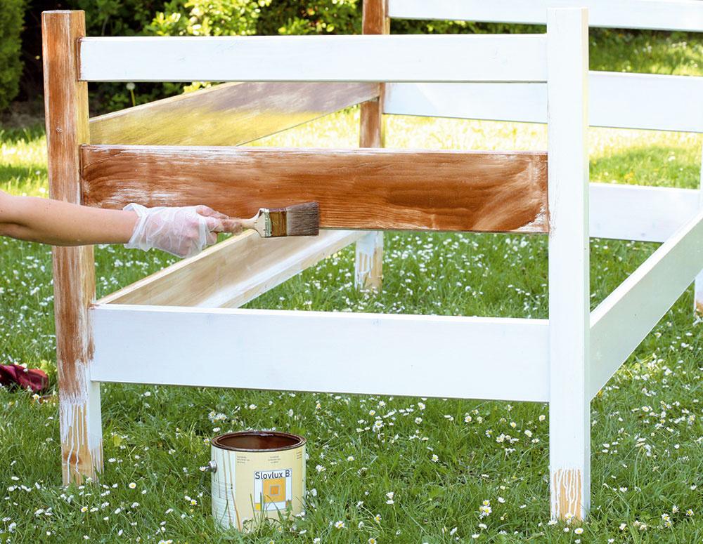 Posteľ sme natreli bielou lakovou lazúrou vodvoch vrstvách. Keď biela farba dokonale uschla, natreli sme posteľ hnedou farbou. Nie však hrubou vrstvou, ale len jemne namočeným štetcom, tak, aby na dreve zostala viditeľná štruktúra štetca.