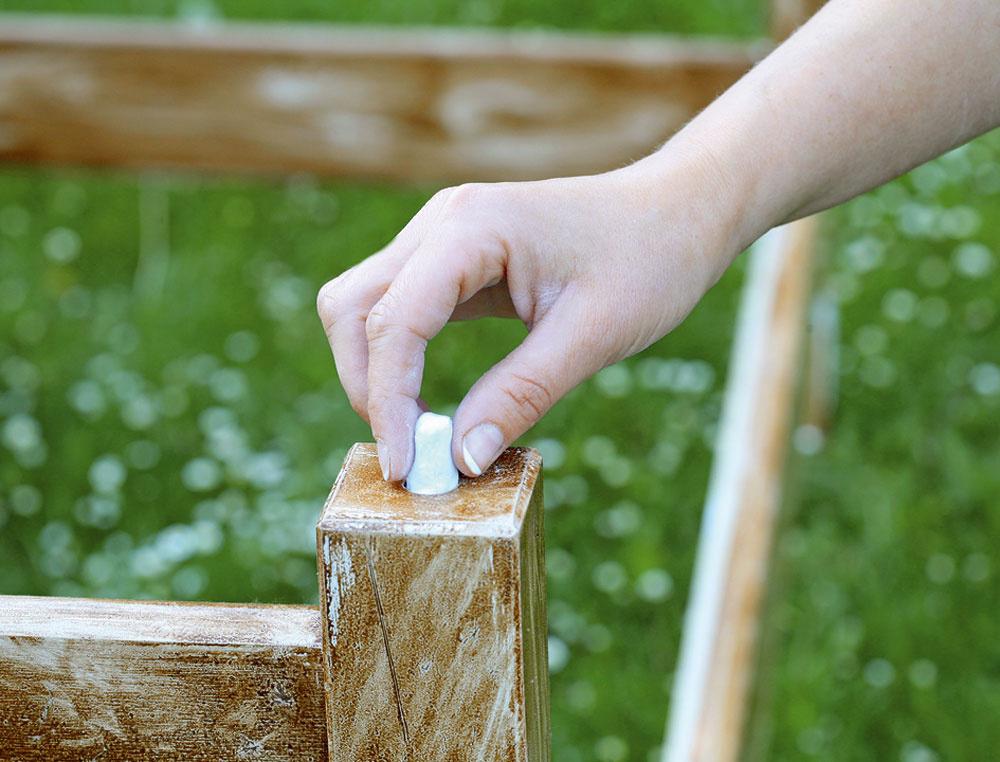 Zmes sme vypracovali vrukách avyplnili ňou všetky štyri diery. Povrch sme po stvrdnutí prebrúsili do roviny azamaľovali lakom na drevo.