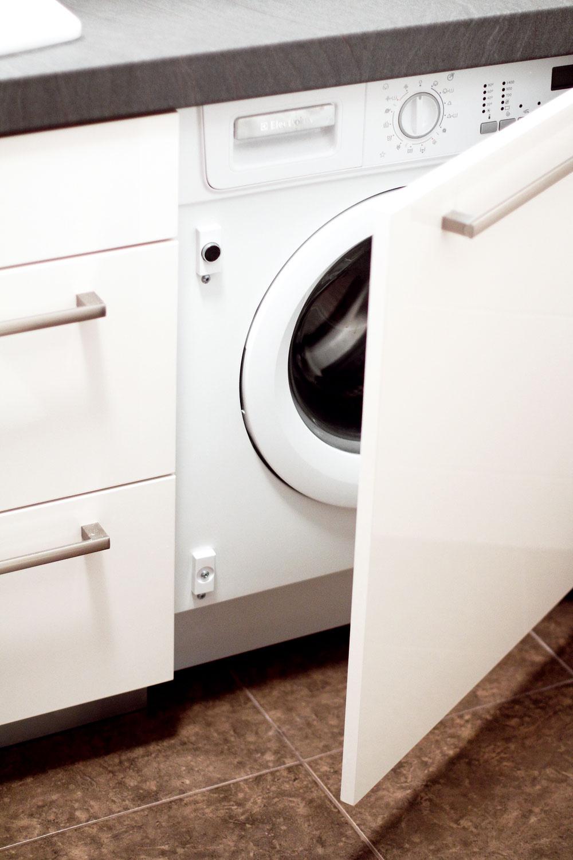 """Do novej kúpeľne sa pohodlne vošla aj práčka – je elegantne zabudovaná vjednej zo skriniek pod umývadlom. """"Aj predtým bola práčka vkúpeľni, ibaže stým rozdielom, že medzi vaňu, práčku aumývadlo sa človek ledva zmestil,"""" pousmeje sa Marek pri spomienke na umakartovú """"klasiku""""."""