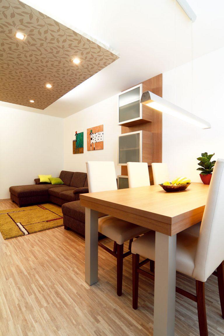 Nábytok vobývačke ajedálni poňal architekt minimalisticky askôr kompozične. Vytiahnuť otapetovanú stenu až na strop sa nakoniec ukázalo ako dobrý ťah.