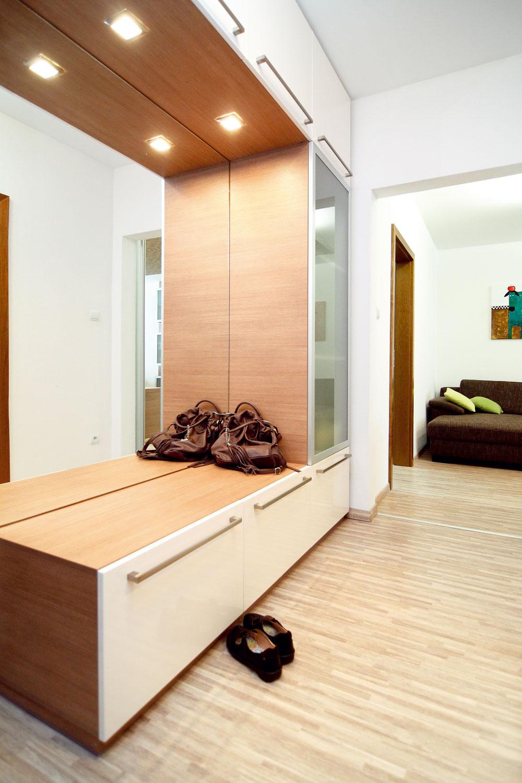 Takmer všetok nábytok – vkuchyni, kúpeľni, obývačke aj predsieni – sa robil na mieru. Vďaka tomu má vo všetkých miestnostiach rovnaký štýl aj farebnosť aspolu sjednoliatou podlahou vytvára jednotný dojem zcelého interiéru – byt tak vyzerá väčší.
