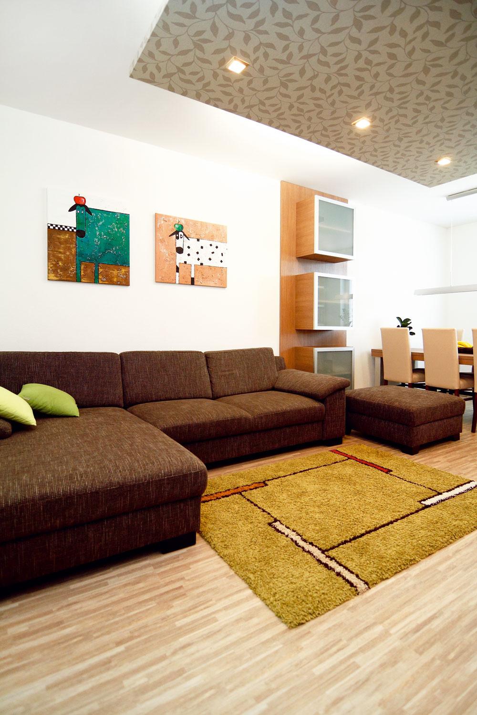 Aby striedmy moderný interiér nepôsobil nudne, je dobré ho farebne oživiť doplnkami – práve tieto farebné akcenty nechali chlapi na Gabiku. Aj zdanlivé maličkosti však dokážu dodať interiéru dôležitý dojem zabývanosti.