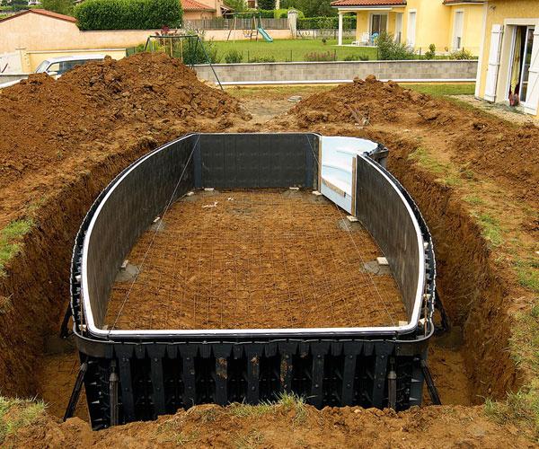 Francúzske bazény Desjoyaux majú oceľobetónovú konštrukciu. Steny sa realizujú metódou strateného debnenia zpolypropylénových dielov – táto technológia umožňuje výstavbu bazéna akýchkoľvek rozmerov atvaru, samonosná konštrukcia zasa dovolí osadiť ho aj do svahu alebo na menej stabilné podložie (napr. na piesok či íl). Do hotovej bazénovej vane sa umiestni na mieru priemyselne zvarená fólia, takzvaný liner, ktorý je vponuke vrôznych odtieňoch vrátane imitácie mozaiky. Odsatím vzduchu priľne tesne ku konštrukcii bazéna avytvorí tak jednoliate dno aj steny. Vďaka takzvanej zámkovej metóde sa liner do bazéna osadí za jediný deň, ato bez zásahu do obrubných kameňov. Nakoniec kvalifikovaný odborník zapojí filtračný systém auvedie bazén do prevádzky.  Hrubá stavba takéhoto bazéna vrátane výkopu trvá asi týždeň, potom je potrebná technologická prestávka na vytvrdnutie betónu, počas ktorej sa môže upraviť okolie. Na dokončenie – realizáciu poteru na dne, osadenie obruby,lineru atechnol
