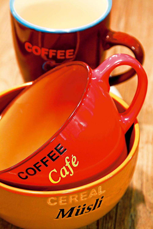 Dvojfarebná miska Cereal a široká šálka Coffee, cena 5,60 € a 6,41 €. Vysoký hrnček Coffee, cena 4,60 €. Všetko od firmy Ritzenhoff & Breker. Predáva Galan.