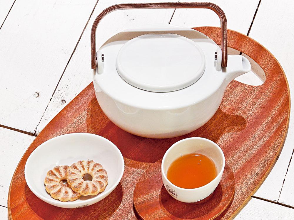 Čajová súprava od firmy Asa. Drevený podnos, cena 37,70 €. Porcelánový čajník s drevenou rúčkou, cena 51 €. Šálka, cena 5,82 €. Drevený tanierik, cena 6,35 €. Miska, cena 8,84 €. Predáva Galan.