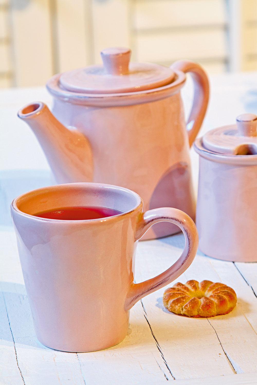 Ružová čajová súprava JLine. Cena šálky 6 €, cena čajníka 17 €, cena cukorničky 15 €/súprava s džbánom na mlieko. Predáva Elmina, Light Park.