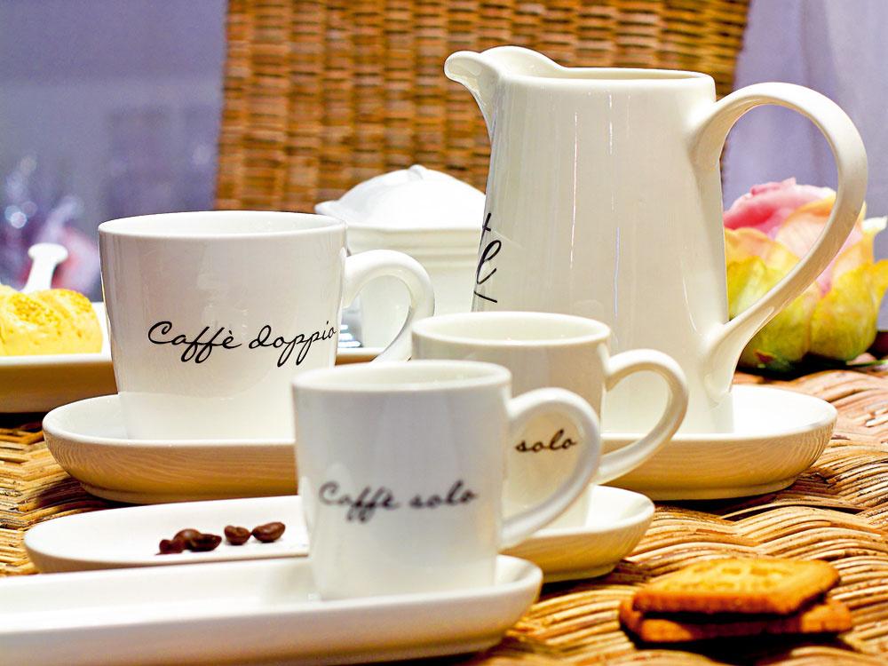 Kávová súprava od firmy Rivièra Maison. Šálky Caffe solo s tanierikom, cena 12 €. Hrnček Caffe dopio s tanierikom, cena 18 €. Džbán Latte piccolo, cena 15 €. Predáva Elmina, Light Park.