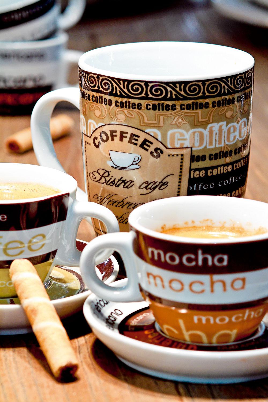 Porcelánové šálky na espreso Cafe Senso s tanierikmi, cena 29 €/4 ks. Veľký hrnček Cafe Alfino, cena 2,60 €. Všetko od firmy Ritzenhoff & Breker. Predáva Galan.