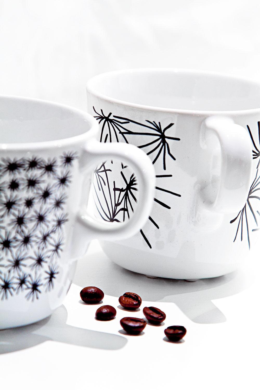 Šálky Ungdom z kameniny, dizajn Maria Vinka. Cena 3,99 €/4 ks aj s tanierikmi. Predáva IKEA.