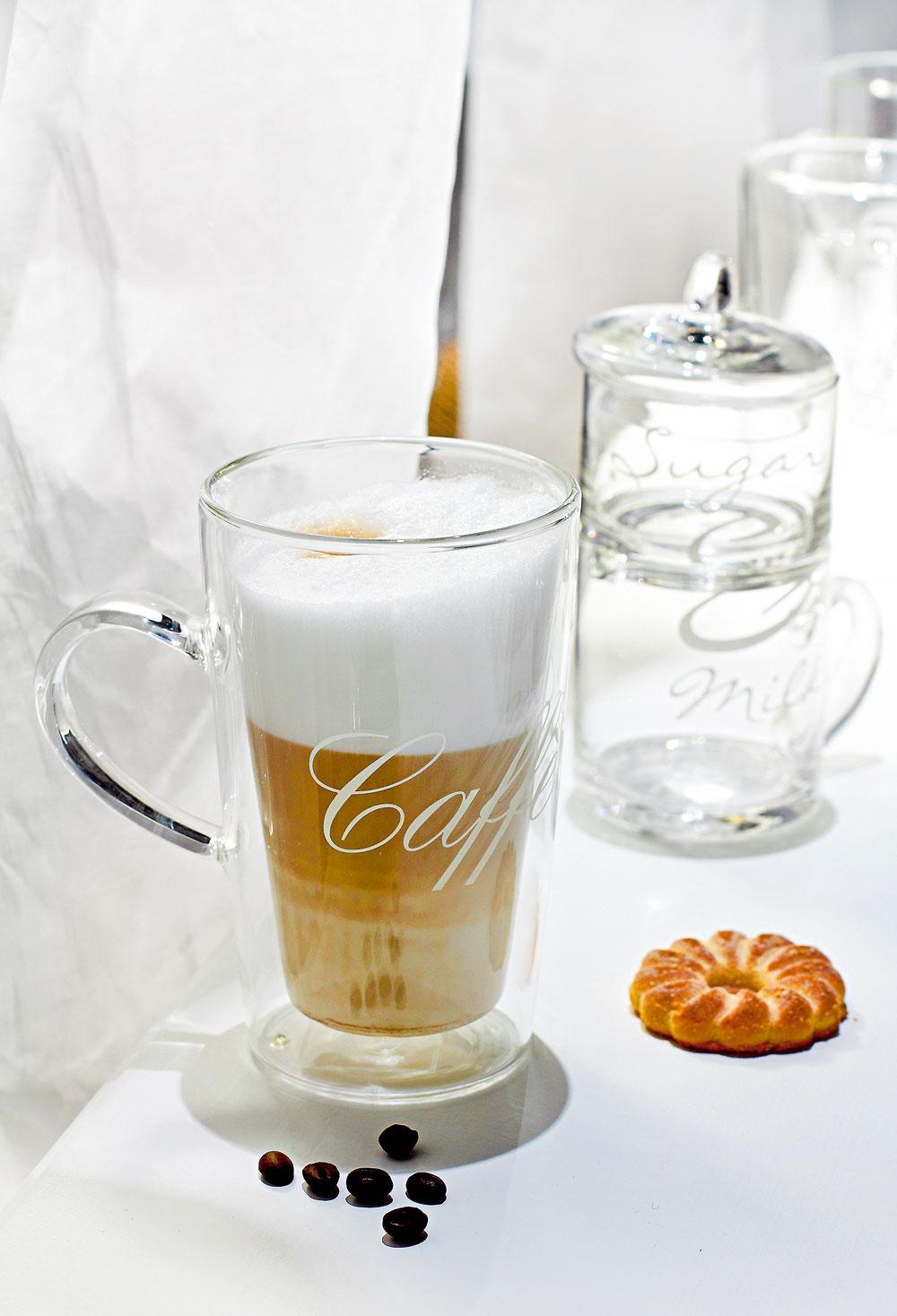 Sklenená šálka Caffe Latte s dvojitou stenou, udržiava nápoj teplý, povrch šálky ostáva studený. Cena 20 €. Súprava dózičky na cukor a džbánika na mlieko Milk & Sugar Stackable Set, cena 25 €. Všetko od firmy Rivièra Maison. Predáva Elmina, Light Park.