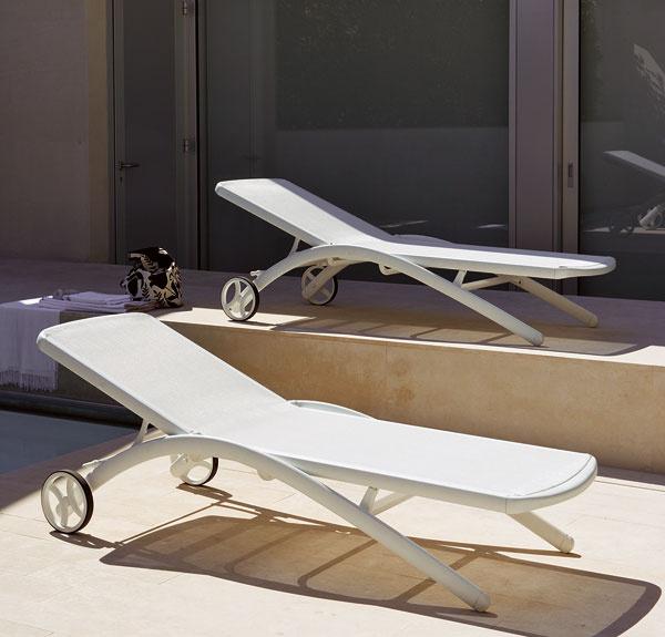 Elegantné záhradné ležadlo Elite od značky Fast. Rozmery: 200 × 65 × 73 – 95 cm. Cena od 1 000 €, predáva Design House.