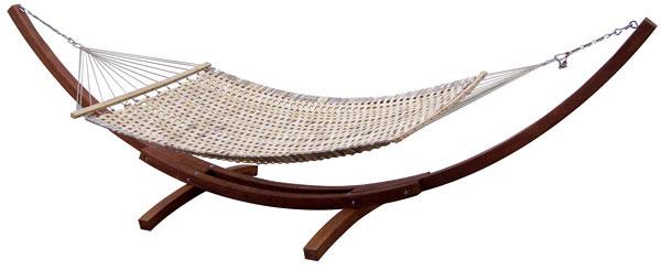 Textilná hojdacia sieť – hamaka H-055 D (výrobca: WERCO) s robustným dreveným podstavcom. Povolené zaťaženie 100 kg, rozmery 410 × 147 × 120 cm. Cena: 229,90 €, predáva www.zahrada-naradie.sk.
