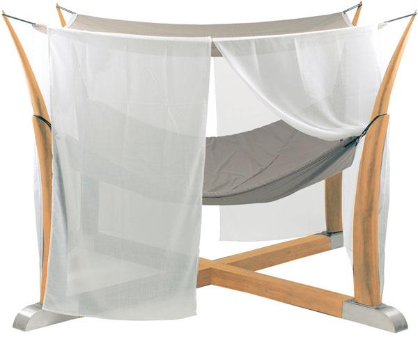 LežadloKokoon môžete postaviť voľne alebo osadiť do špeciálneho podzemného stojana. Materiál: tíkové drevo, antikorová oceľ, exteriérové poťahy, rozmery: 250 × 250 cm. Cena: od 6179 €, predáva Elmina.