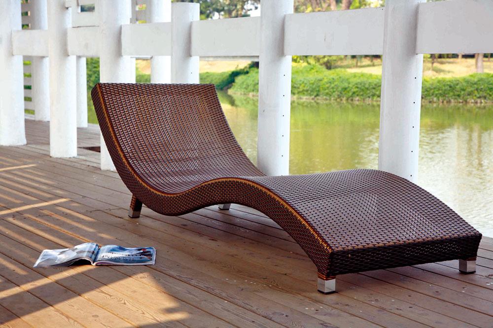 Pohodlne tvarované ležadlo S-lounger z umelého ratanu. Hliníková konštrukcia je skombinovaná s tmavohnedým plochým ratanom šírky 5 mm. Rozmery: 180 × 70 cm. Cena: 179€, predáva Teak & Garden.
