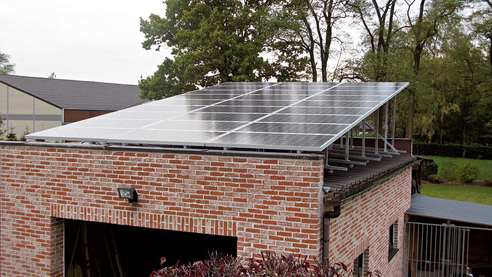 Aj takto uložený systém vie odolať vetru až do rýchlosti 160 km za hodinu. Vnašich podmienkach je takáto plocha schopná vyprodukovať asi 6 500 kWh za rok, čo predstavuje zhruba ročnú spotrebu priemerného rodinného domu.