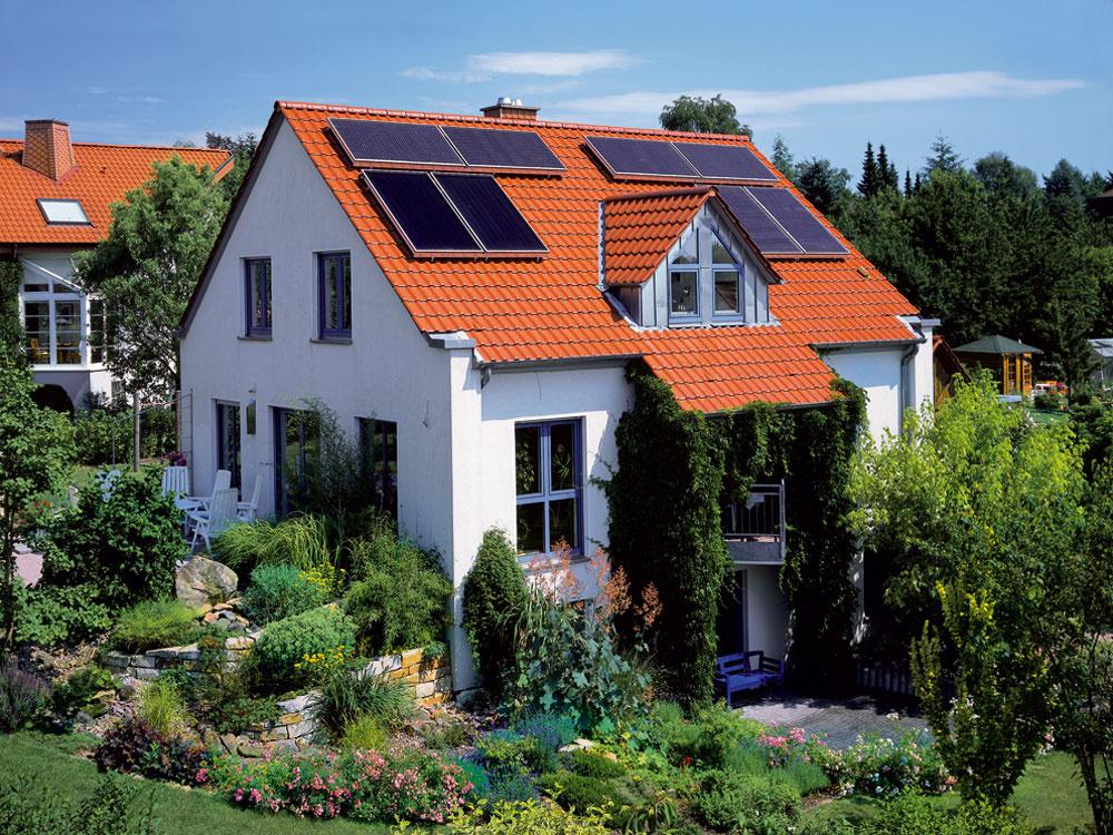 Najvhodnejší sklon strechy pre fotovoltickú elektráreň je 25 – 40 stupňov. Ideálna je južná orientácia. Dôležité je prihliadať aj na rozmery strechy. Ak sú spomenuté parametre menej vyhovujúce, môžu sa použiť špeciálne druhy panelov.